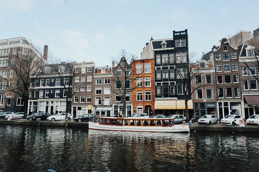 """<span style=""""color: #222222; background-color: #76c9cf;"""" class=""""ugb-highlight"""">Amsterdam</span>"""